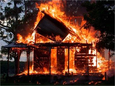 Спасаясь от огня, мужчина выпрыгнул с балкона
